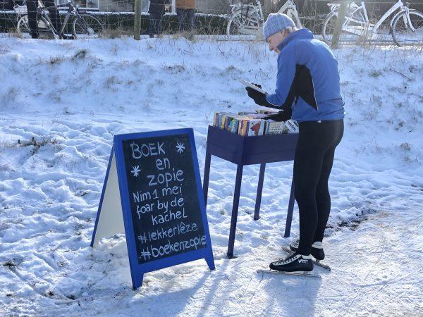 Boek en zopie op ijsbaan Wommels